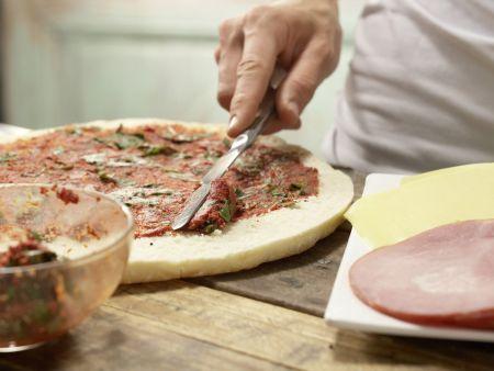 Pita-Pizza mit Gurkensalat: Zubereitungsschritt 3
