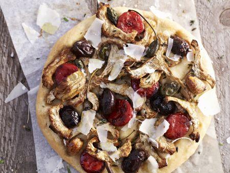 Pizza mit Artischocken, pikanter Wurst und Oliven