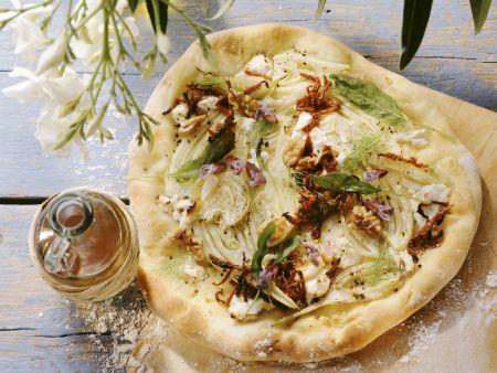 Rezept: Pizza mit Fenchel, Ziegenkäse, getrockneten Tomaten und Walnuss