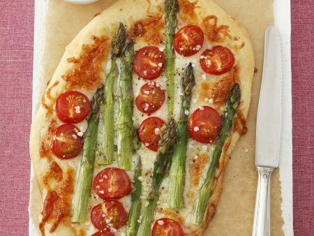 Pizza mit grünem Spargel und Cherrytomaten