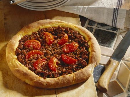Pizza mit Hackfleisch nach türkischer Art