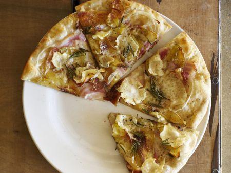 Pizza mit Kartoffeln, Pastinaken und Schinken