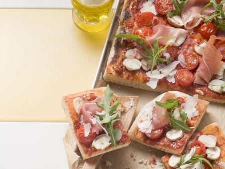 Pizza mit Kirschtomaten und Parmaschinken