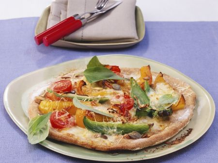 Rezept: Pizza mit Paprika, Mozzarella und Kürbiskernen