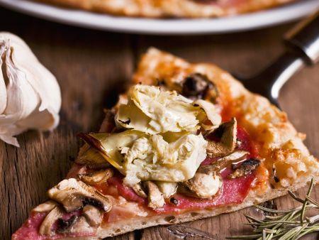Pizza mit Salami und Artischocken