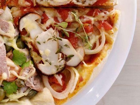 Pizza mit Steinpilzen, Zwiebeln, Tomaten