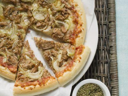 Pizza mit Thunfisch und Zwiebeln