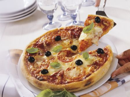 Rezept: Pizza mit Tomate und Mozzarella