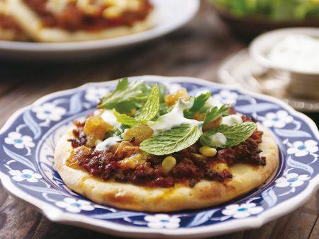 Pizza nach marokkanischer Art mit Hackfleisch und Pinienkernen