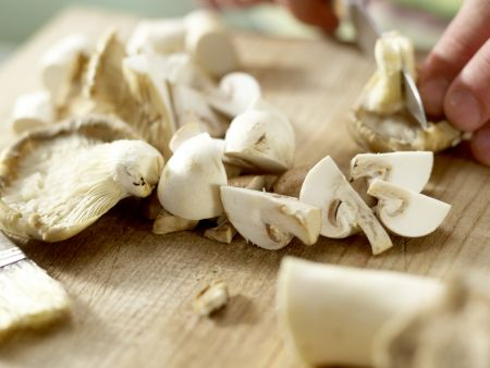 Pizza mit Pilzen: Zubereitungsschritt 3