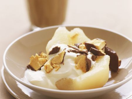 Pochierte Birne mit Joghurtsoße