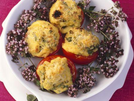 Polenta mit Oreganoblüten in Tomaten gefüllt