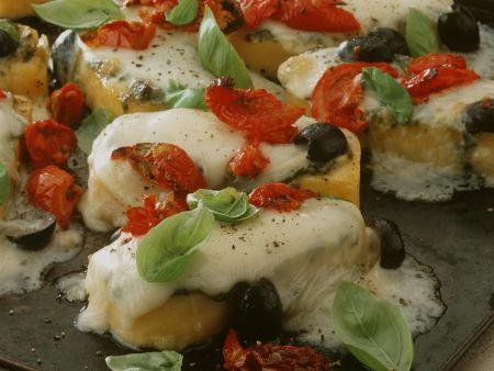 Polentaschnitten mit Oliven, Tomaten und Käse