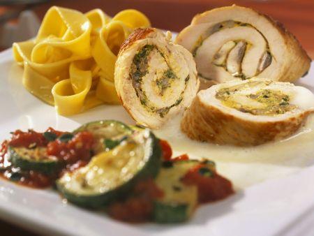 Puten-Champignon-Roulade mit Zucchini und Bandnudeln
