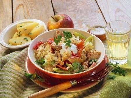 Putengulasch mit Sauerkraut, Paprika und Äpfeln