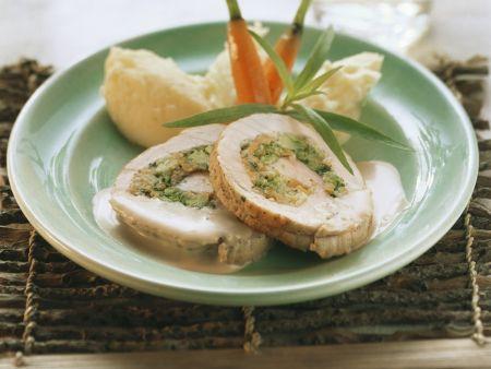 Putenrollbraten mit Gemüse gefüllt, dazu Kartoffelbrei und Karotten
