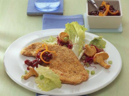 Putenschnitzel mit Haselnüssen paniert dazu Salat und Pilze