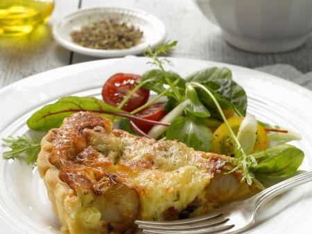 Quiche mit Karamell-Schalotten und Honig, dazu Salat