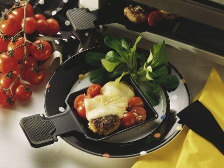 Raclette mit Buletten und Tomaten