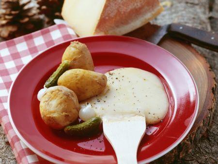 Raclette mit Kartoffeln und sauren Gurken