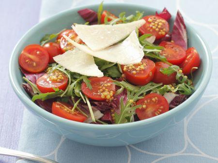 Radicchio-Rucola-Salat mit Cherrytomaten und Parmesan
