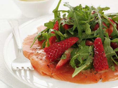 Räucherlachs mit Rucola und Erdbeeren