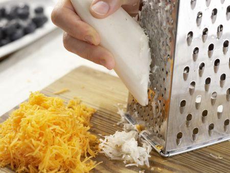 Raspelmöhrensalat mit Heidelbeeren: Zubereitungsschritt 2