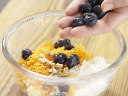 Raspelmöhrensalat mit Heidelbeeren: Zubereitungsschritt 4
