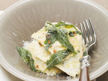 Ravioli mit Butter und frittierten Salbeiblättern