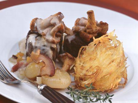 Rehmedaillons mit Pfifferlingen dazu Kartoffelrösti