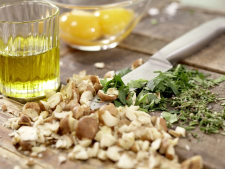 Rehrücken mit Kräuter-Nuss-Kruste: Zubereitungsschritt 1