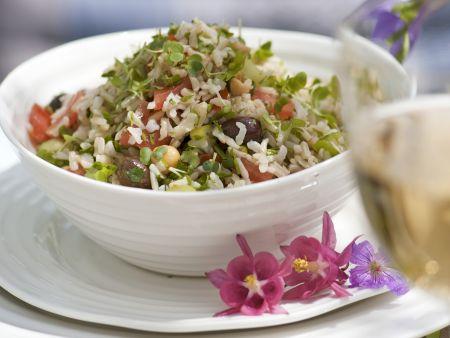 Rezept: Reis-Kichererbsen-Salat mit Alfalfasproßen, Oliven und Tomaten