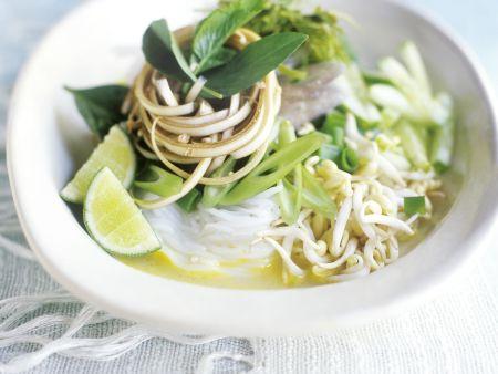 Reisnudeln in Soße mit Curry, Sprossen und Lauchzwiebeln