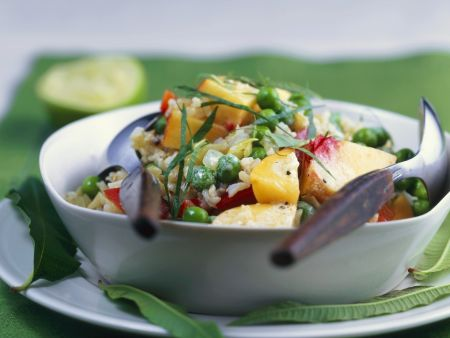 Reissalat mit Erbsen, Obst und Curry