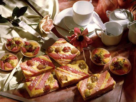 Rhabarberkuchen und -torteletts mit Stachelbeeren