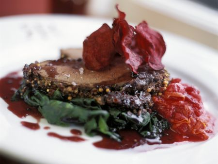Rinderbraten mit Spinat und knuspriger Roter Bete