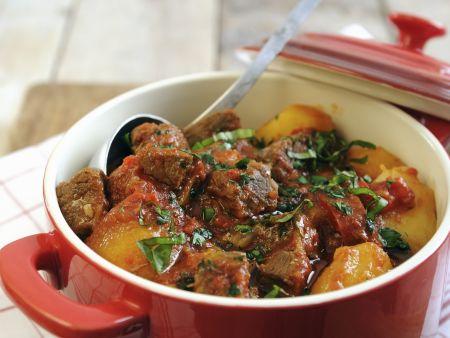 Rindereintopf mit Kartoffeln, Paprika und Tomaten