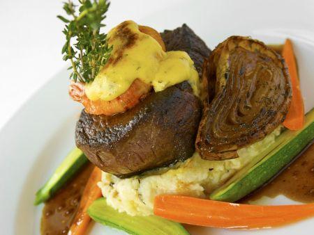 Rinderfilet mit Shrimps, geschmorter Zwiebel und Kartoffel-Kräuterpüree