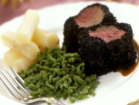 Rinderfilet mit Trüffelkruste dazu grüne Spätzle und Schwarzwurzeln