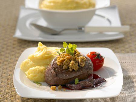 Rinderlende mit Kastanien-Haube, eingelegten Zwiebeln und Kartoffelbrei