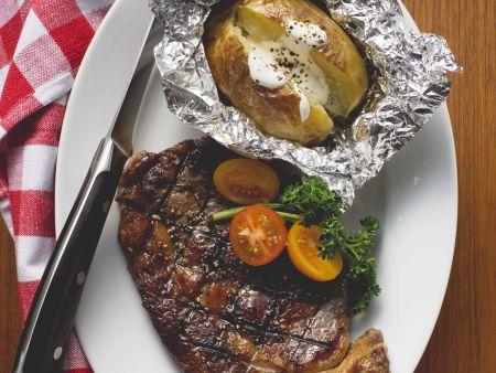 Rindersteak vom Grill und Folienkartoffel