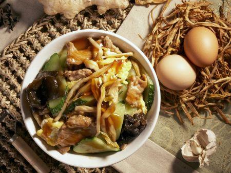 Rindfleisch mit Ei und Pilzen auf chinesische Art