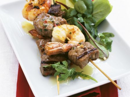Rindfleisch-Shrimps-Spieße vom Grill mit Blattsalat