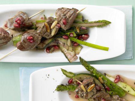 Rindfleischspieße mit grünem Spargel