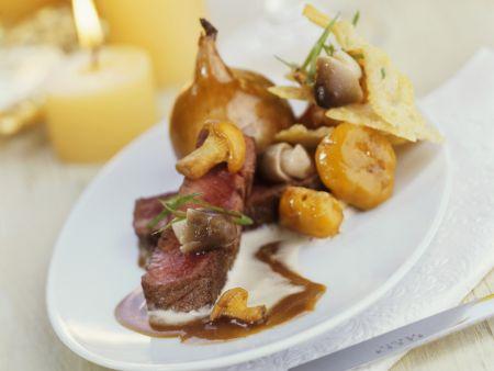 Roastbeef mit gebackener Zwiebel und Pilz-Käse-Gemüse