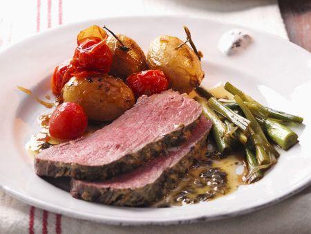 Roastbeef mit Kartoffeln, Tomaten und Beilagensalat