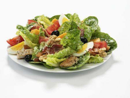 Römersalat mit Ei, Oliven, Nüssen und Hähnchenstreifen