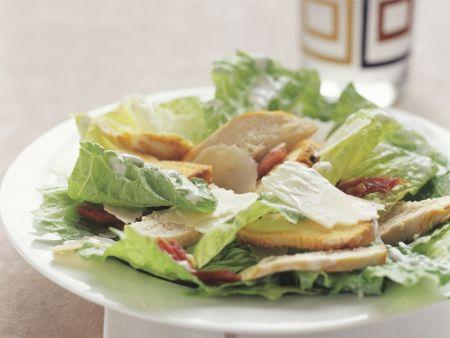 Römersalat mit Hähnchen, Parmesankäse und Brot