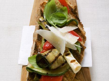 Rezept: Röstbrot mit Grillgemüse und Parmesan