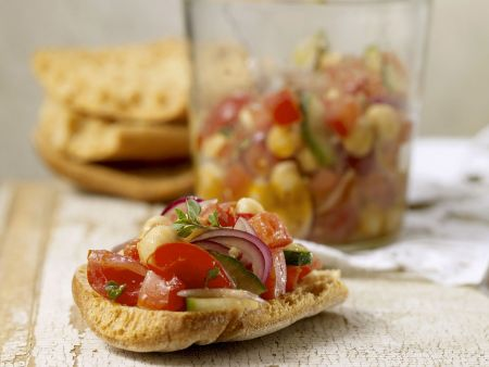 Röstbrot mit Kichererbsen, Tomaten und Gurken